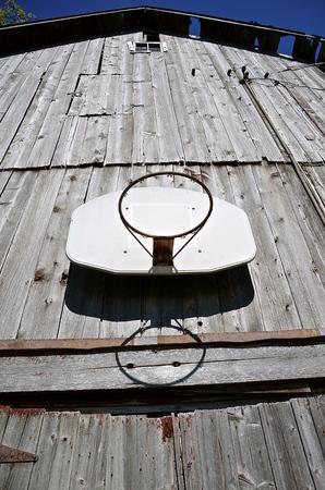 농구 후프 및 오래 된 헛간의 측면에 뒤 판