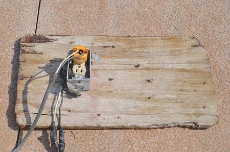 Ausgefranste Elektrische Drähte Aus Einer Sehr Alten Elektrischen ...