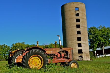 DOWNER, MINNESOTA, August 10, 2013: The Massey Fergus tractor name disappeared when a merger of Massey Harris and the Ferguson Company farm machinery manufacturer occurred in 1953 Редакционное