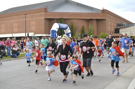 Download sparen Voorbeeld Fargo, North 18 DAKOTA-mei 2016: Kid lopers deelnemen aan de Heroes Youth Run, een evenement in het Fargo Marathon die ook een hond, fiets, 5K, 10K, halve en volledige runs.