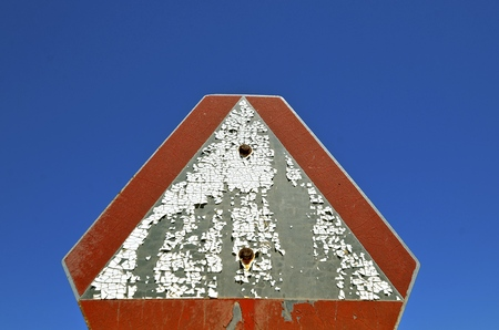 Oude afgestoken peeling geschilderd Langzaam rijdend voertuig teken