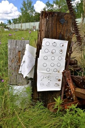 その場しのぎの射撃はサルベージと廃品前のターゲットの練習の結果を表示する内にあります。 写真素材 - 71121981