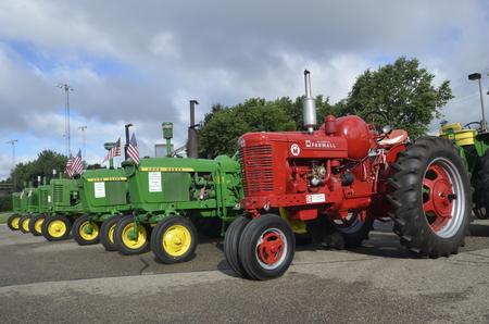 YANKTON, DAKOTA DU SUD, le 19 août 2106: les tracteurs classiques restaurés Farmall Super M et John Deere sont exposés aux Riverboat Days annuels célébrés le troisième week-end d'août Banque d'images - 71221993