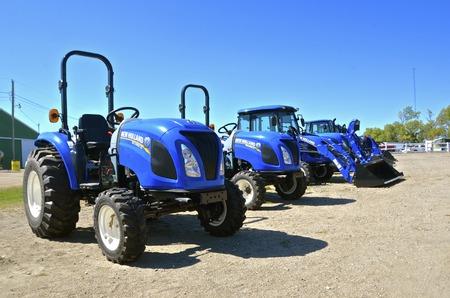 WEST FARGO, NORTH DAKOTA, 13 września 2016: Ciągniki New Holland prezentowane na eksponatach Big Iron Machinery w West Fargo, ND są produktami globalnej marki maszyn rolniczych produkowanych przez CNH Industrial ciągniki do produkcji, kombajny, prasy, spr