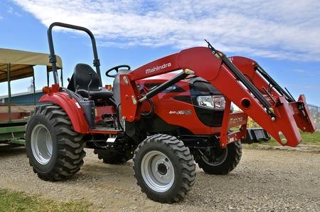 WEST FARGO, NOORD-DAKOTA, 13 september 2016. Een nieuwe Mahindra 4WD MCR is trekker die een transportband trekt op de Big Iron Farm Show die elk jaar in september wordt gehouden op het Red River Fairgrounds.