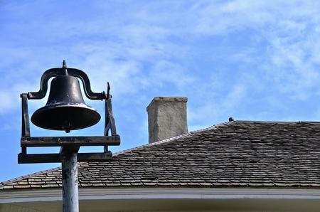 屋根のレベルの古い銅スクールベル 写真素材