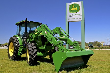 cargador frontal: OAK RIDGE, LOUISIANA, April 8, 2017:  The 6120E John Deere tractor is a product of  product of John Deere Co, an American corporation that manufactures agricultural, construction, forestry machinery, diesel engines, and drive trains Editorial