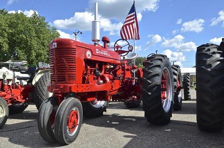 YANKTON, DAKOTA DU SUD, le 19 août 2106: Un Farmall Suoer M restauré, arborant le drapeau américain, est présenté lors des Riverboat Days annuels célébrés le troisième week-end d'août à Yankton, dans le Dakota du Sud. Banque d'images - 78937480