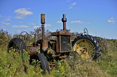 traction engine: BARNESVILLE, MINNESOTA, September 14, 2014: The worn out old John Deere tractor is a product of John Deere Co, an American corporation that manufactures agricultural, construction, forestry machinery, diesel engines, and drivetrains.
