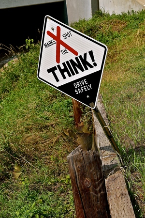 South Dakota Think Sign remembering a fatality at the scene  of a traffic accident Imagens