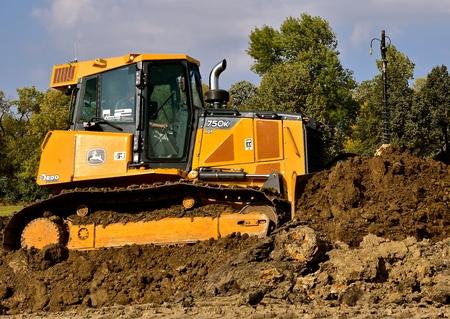 MOORHEAD, MINNESOTA: 23 września 2017: Spycharka 750K jest produktem firmy John Deere Co, amerykańskiej korporacji zajmującej się produkcją maszyn rolniczych, budowlanych, leśnych, silników wysokoprężnych i pociągów.