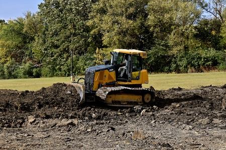 MOORHEAD, MINNESOTA: 23 września 2017: Spycharka 750K jest produktem firmy John Deere Co, amerykańskiej korporacji zajmującej się produkcją maszyn rolniczych, budowlanych, leśnych, silników wysokoprężnych i pociągów. Publikacyjne