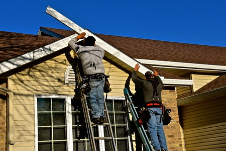 미확인 된 몇 명의 건설 노동자가 철강 양면의 집에서 페이 시아를 대체하고 있습니다.