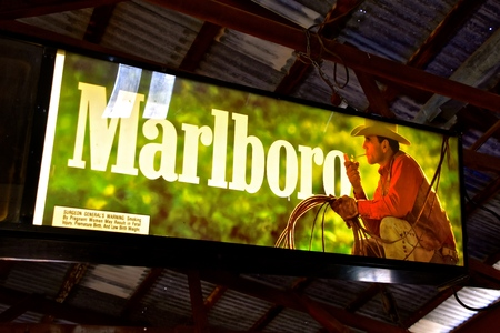 JEROME, ARIZONA, January 30, 1018: The Marlboro Man billboard light, conceived by Leo Burnett in 1954, is a figure used in tobacco advertising campaigns for Marlboro cigarettes. 新聞圖片
