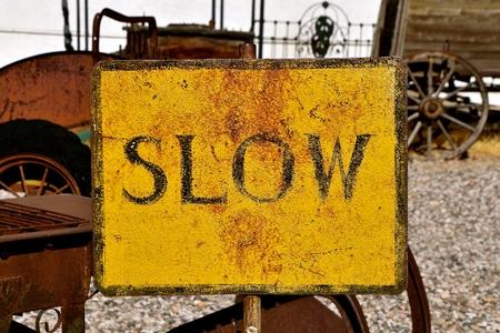 아주 오래된 녹슨 주석 표시는 운전하거나 천천히 움직입니다.