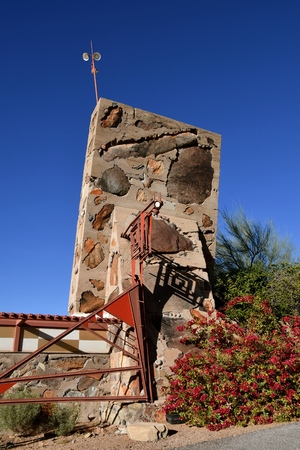 SCOTTSDALE, ARIZONA, January 28, 2018:  The iconic art structure provides the entrance to Taliesin West, the winter home of  architect Frank Lloyd Wright and architectural school in the desert near Scottsdale, Arizona originating in 1937. Stockfoto - 100747138
