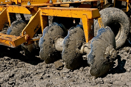 The disks found on a heavy construction equipment its used to break up the heavy soil. Stok Fotoğraf - 105951123