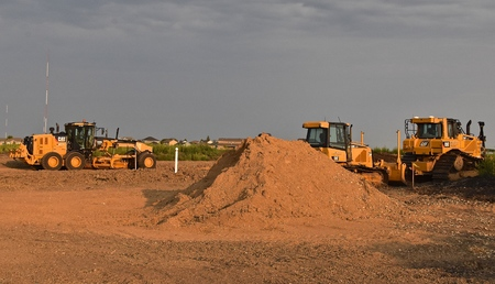 MOORHEAD, MINNESOTA, August 14, 2018: Founded in 1925, the Cat excavators used in road construction are from Caterpillar Inc., an American corporation which designs, develops, engineers, manufactures, markets and sells machinery, engines, financial produc Banque d'images - 110805711