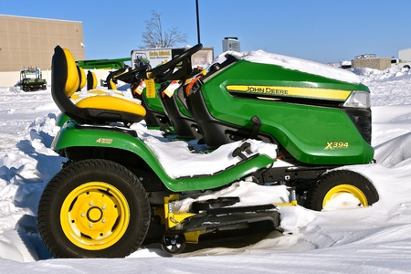 MOORHEAD, MINNESOTA, February 14, 2019: The snow covered X394 riding lawn mower is a product of John Deere Co, an American corporation that manufactures agricultural, Publikacyjne