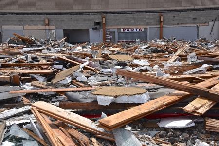 Los ladrillos, el metal y los escombros quedan en el suelo después de un proyecto de demolición.