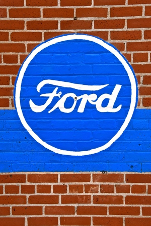 HILLSBORO, NORTH DAKOTA, May 10, 2019:  The Ford logo sign painted on a brick wall represents products of the Ford Motor Company located in Dearborn, Michigan started by Henry Ford and incorporated on June 16, 1903. Imagens - 122810026