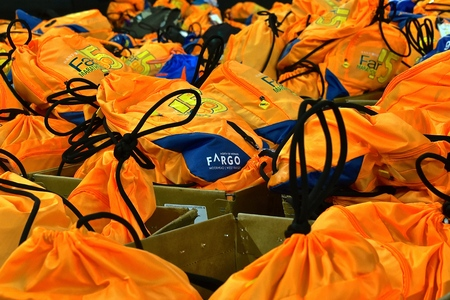 FARGO, NORTH DAKOTA-May 136 2019 : Marathoners back packs are found at the drop off station at the annual Sanford Fargo Marathon which includes a cyclothon, dog race, youth, 5K, 10K, half, and full runs. Imagens - 123572755