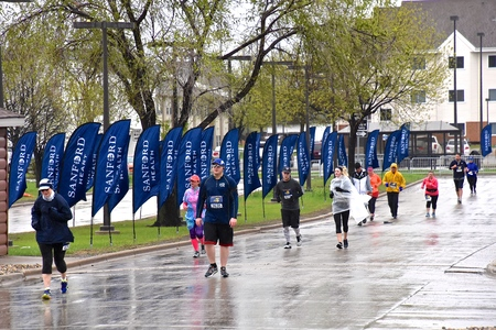 FARGO, NORTH DAKOTA-May 16, 2019 : Marathoners run in inclement weather at the annual Sanford Fargo Marathon which includes a cyclothon, dog race, youth, 5K, 10K, half, and full runs. Imagens - 123572901