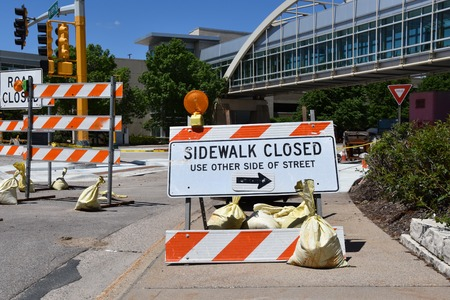 A sign indicates a sidewalk is closed during construction Stok Fotoğraf