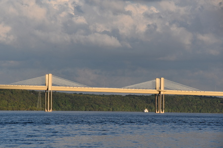 A distant scene of the St. Croix Crossing, an   etxradosed bridge which connects Wisconsin to Minnesota. Imagens - 124628524