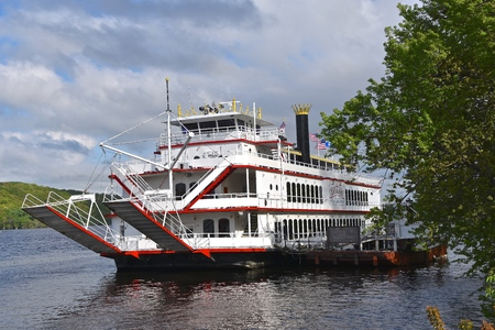 STILLWATER, MINNESOTA, May 24, 2019:  The Avalon, large paddleboat on the Midwest is operated by St. Croix River and Packet Co. Imagens - 124585313