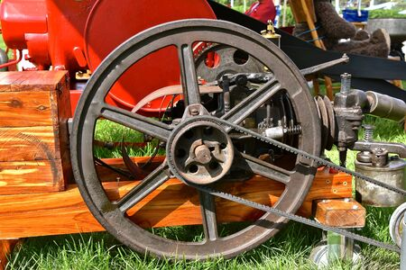 The flywheel of a gas engine transfers power and energy through the use of a v belt. Stockfoto