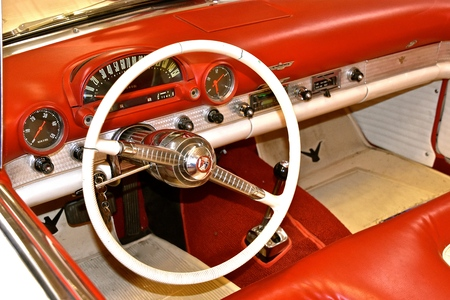 LOWRY, MINNESOTA, July 28, 2019:  The dash board  of a classic 1955 Thundebird is a product of the Ford Motor Company product which originated in Dearborn, Michigan s tarted by Henry Ford and incorporated on June 16, 1903 Редакционное