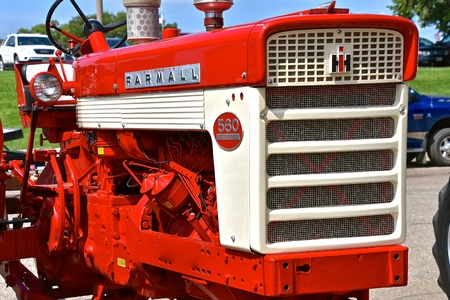 YANKTON, SOUTH DAKOTA, August 16, 2019: A restored Farmall 560 Diesel tractor displayed at the annual Riverboat Days celebrated the third weekend of August. Redactioneel