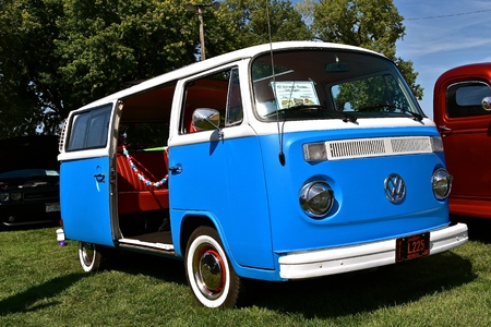 YANKTON, SOUTH DAKOTA, August 17, 2019: The restored 1977 Volkswagon bus is displayed at the annual Riverboat Days Auto Show celebrated the third weekend of August in Yankton. 新聞圖片