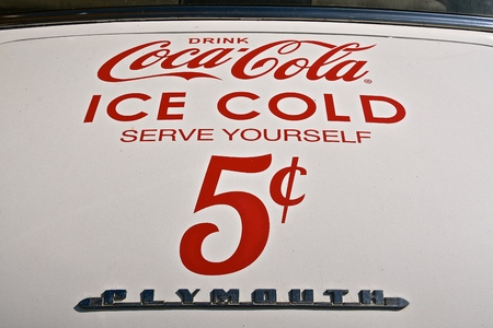 MADISON, SOUTH DAKOTA, August 18, 2019: The Coca Cola advertising on an old Plymouth car promotes the soft drink invented by John Pemberton in the late 1800s. 新聞圖片