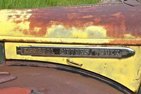 ROCHFORD, SPOUTH DAKOTA, June 24, 2019:  The old rusty truck with a logo is a GMC, General Motors Company, is an American automobile division of the American manufacturer 新聞圖片