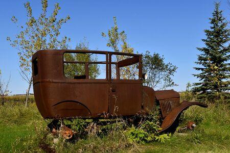 자동차의 아주 오래 된 녹슨 프레임의 측면 프로필 스톡 콘텐츠