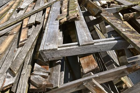 The remains of an outdoor deck is left in a pile of scrap wood. Banque d'images