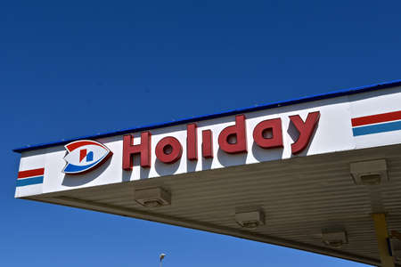 FARGO, NORTH DAKOTA, June 4, 2020:  The outdoor sign advertises Holiday Stationstores, chain of gasoline and convenience stores in the United States. It is the 18th largest convenience store chain in the United States, with over 500 locations in 10 states 新聞圖片