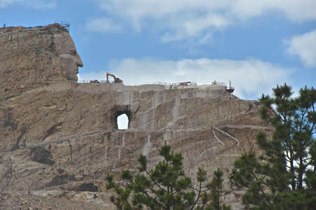 CRAZY HORSE, SOUTH DAKOTA, June 25, 2020: The worlds largest mountain monuments under construction in the Black Hills, Custer County honoring the Native American Chief Crazy Horse. 新聞圖片