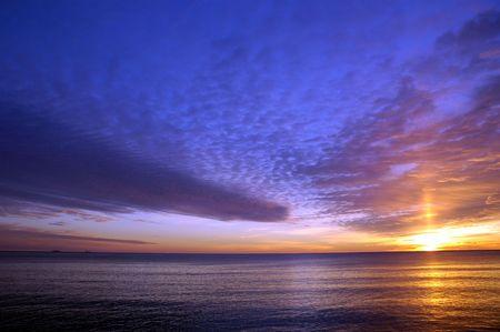 Salida del sol hermosa del invierno sobre el Océano Atlántico en la playa de Hampton, NH