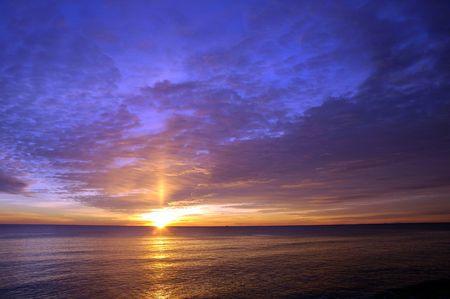 Hermoso amanecer de invierno sobre el Océano Atlántico en la playa de Hampton, NH