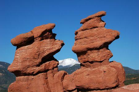 Formation de roche de jumeaux siamois encadrant naturellement la cr�te de Pike dans le jardin des dieux, ressorts de Colorado, Co