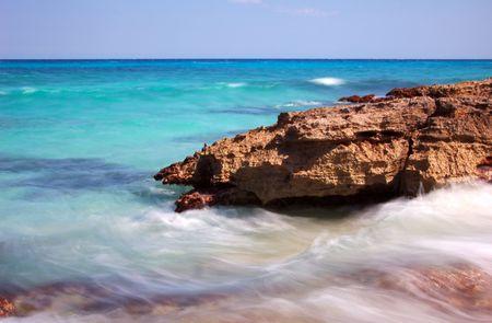 Rouler dans les vagues sur le rivage de la Riviera Maya, Mexique