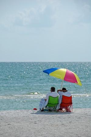 Couple retrait� b�n�ficiant d'une journ�e ensoleill�e sur Tigertail Beach, Marco Island, FL  Banque d'images