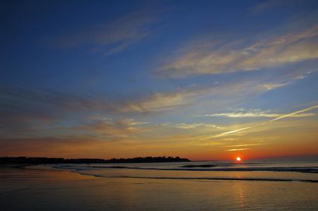 Lever du soleil de l'�t� � Hampton Beach avec hure de sanglier en arri�re-plan
