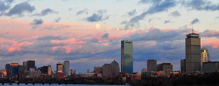Boston Skyline au coucher du soleil de la BU, Pont sur la Charles River, Cambridge  Boston, MA