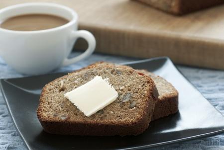 буханка: Ломтики свежего банановый хлеб с маслом и кофе