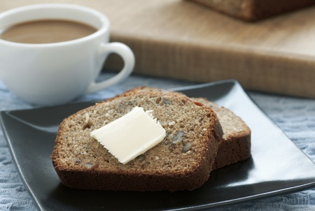 Sliced fresh banana bread with butter and coffee Stockfoto