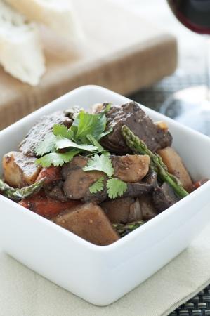 아스파라거스와 실 란 트로 장식 신선한 쇠고기 스튜